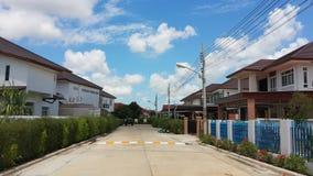 Straße im Dorf mit blauem Himmel Lizenzfreie Stockbilder
