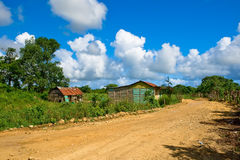 Straße im Dorf unter blauem Himmel Stockbilder