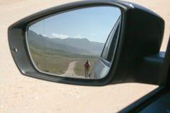 Straße im Fahrzeugflügelspiegel stockfoto