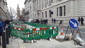 Straße im London-Stadtzentrum im Bau reparieren, Vereinigtes Königreich Big Ben im Hintergrund Stockbild