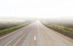 Straße im Nebel Stockbild