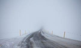 Straße im Nebel lizenzfreies stockbild
