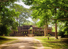 Straße im Regenwald und Ta Kou Entrance in Angkor Wat, Kambodscha Lizenzfreie Stockfotos
