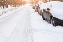 Straße im Schnee mit Autos Lizenzfreies Stockfoto