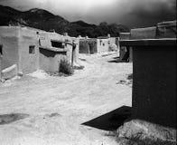 Straße im Taos Pueblo Stockbilder
