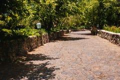 Straße im tropischen Park Altes Dorf Altde Lizenzfreie Stockfotos
