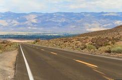 Straße in Inyo nationaler Forest Park, Kalifornien Stockbild