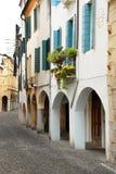 Straße in Italien, Terrasse mit Flowerpots Stockfotografie