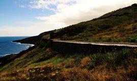 Straße, Küstenlinie, Meer und Himmel Stockbild