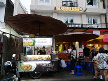 Straße Khao San das populäre berühmt beschrieben als die Mitte des wandernden Universums in Bangkok lizenzfreie stockfotos