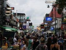 Straße Khao San das populäre berühmt beschrieben als die Mitte des wandernden Universums in Bangkok lizenzfreie stockbilder