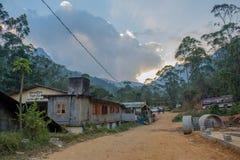 Straße am kleinen Dorf in den Bergen Lizenzfreie Stockfotografie