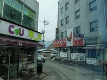 Straße in Korea mit Mini-Markt CU stockbild