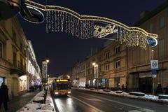 Straße Krakowskie Przedmiescie mit Weihnachtsdekorationslichtern Stockfotos