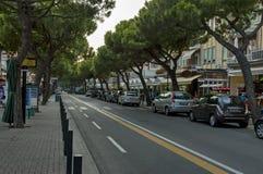 Straße Lido di Jesolo an der Dämmerung, adriatisches Meer Stockfotos
