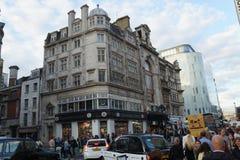 Straße in London, im Himmel und in den Gebäuden Lizenzfreie Stockfotos