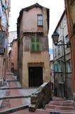 Straße in Menton, schmale Häuser Stockbild