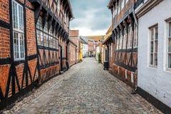 Straße mit alten Häusern von der königlichen Stadt Ribe in Dänemark stockfotos