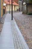Straße mit alten hölzernen bunten Häusern in der alten Stadt von Viljandi Stockbild