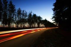 Straße mit Autolichtspuren stockfoto