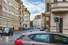 Straße mit Autos und Fachwerkhäusern in Leipzig lizenzfreie stockbilder