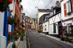 Straße mit Blumen im Frankreich-Dorf Lizenzfreies Stockfoto