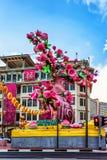 Straße mit Dekoration während des Chinesischen Neujahrsfests in Singapur Lizenzfreie Stockfotos