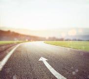 Straße mit dem Pfeilzeichen, welches die Weise zeigt Stockfotos