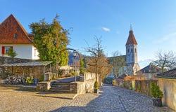 Straße mit dem Stein, der nahe Thun-Stadt-Kirche in der Schweiz pflastert Lizenzfreies Stockfoto