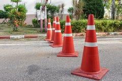 Straße mit dem Verkehrskegel Reihenverkehrskegelweiß und -orange Lizenzfreie Stockfotografie