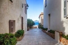 Straße mit den weißen Gebäuden, die zu das Meer, Saint Tropez, PR führen stockfotografie