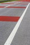 Straße mit den weißen und roten Linien Lizenzfreies Stockfoto