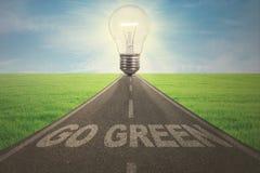 Straße mit Glühlampe und gehen Text grüner Stockbild