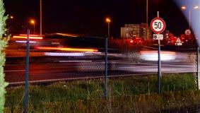 Straße mit Höchstgeschwindigkeit 50 kmph nachts Lizenzfreies Stockbild