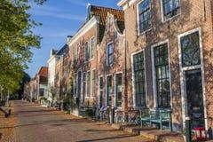 Straße mit historischen Häusern in Blokzijl Lizenzfreie Stockfotos