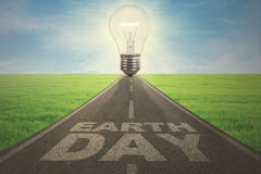 Straße mit Lampe und Tag der Erde-Text Lizenzfreies Stockfoto