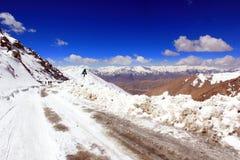 Straße mit Schnee unter Berg zum Pangong See Stockbild
