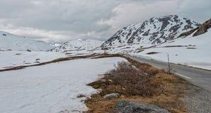 Straße 63 mit schneebedecktem Berg, Norwegen Lizenzfreie Stockfotos