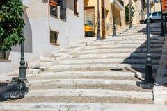 Straße mit Schritten in Sitia-Stadt, Kreta Lizenzfreie Stockfotos