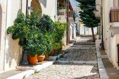Straße mit Schritten in Sitia-Stadt, Kreta Lizenzfreies Stockfoto