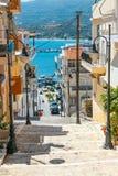 Straße mit Schritten in Sitia-Stadt, Kreta Stockfotos