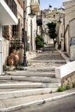 Straße mit steinigen Schritten an der alten Stadt von Sitia-Stadt auf Kreta-Insel, Griechenland Lizenzfreies Stockbild