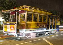 Straße mit Straßenbahn in San Francisco nachts lizenzfreies stockfoto