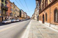 Straße mit traditionellen Gebäuden in der Mitte von Parma lizenzfreies stockbild