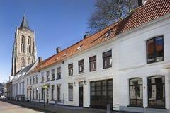 Straße mit traditionellen Häusern in Gorinchem stockfotografie