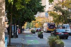Straße mit Verkehr und Bus in im Stadtzentrum gelegenem Seattle stockbild