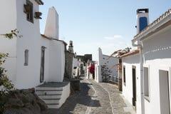 Straße mit Weiß bringt monsaraz unter lizenzfreies stockbild