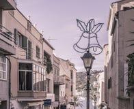 Straße mit Weihnachtsdekoration im Hafen Andratx, Weinleseeffekt Stockbilder