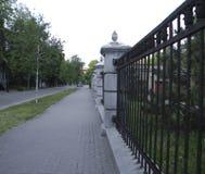 Straße mit Zaun Lizenzfreies Stockbild