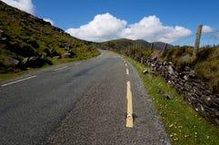Straße mit Zaun in Irland Stockbilder